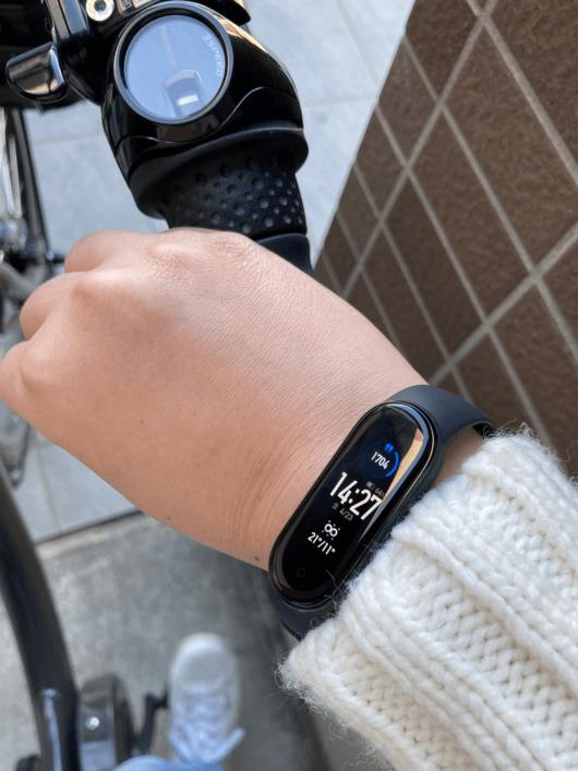 miband5をつけて自転車に乗っている写真